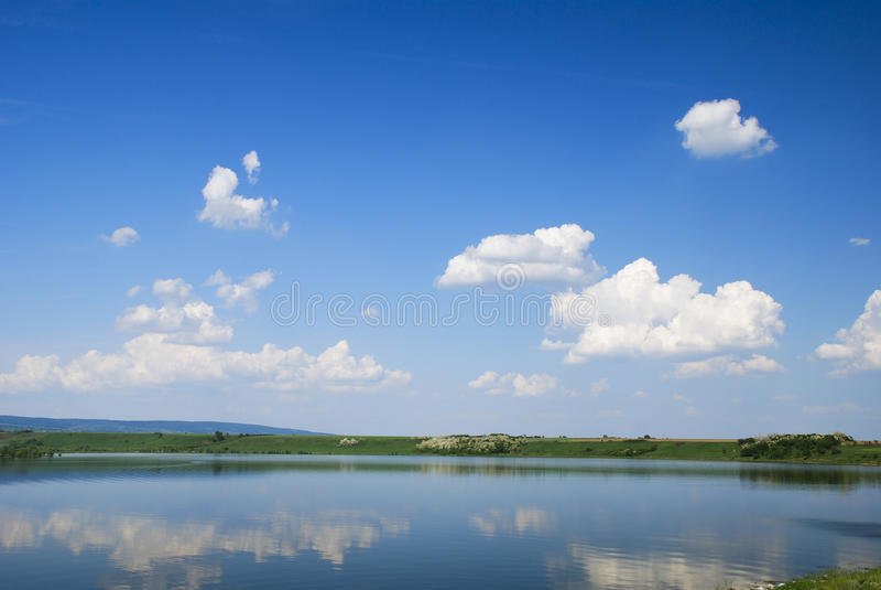 美丽的蓝色湖反映天空水 库存图片