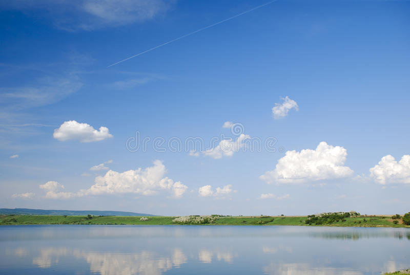 美丽的蓝色湖反映天空水 库存照片
