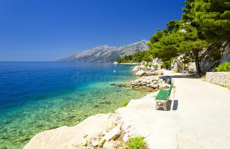 美丽的蓝色盐水湖在Brela,马卡尔斯卡里维埃拉,达尔马提亚,克罗地亚 库存照片