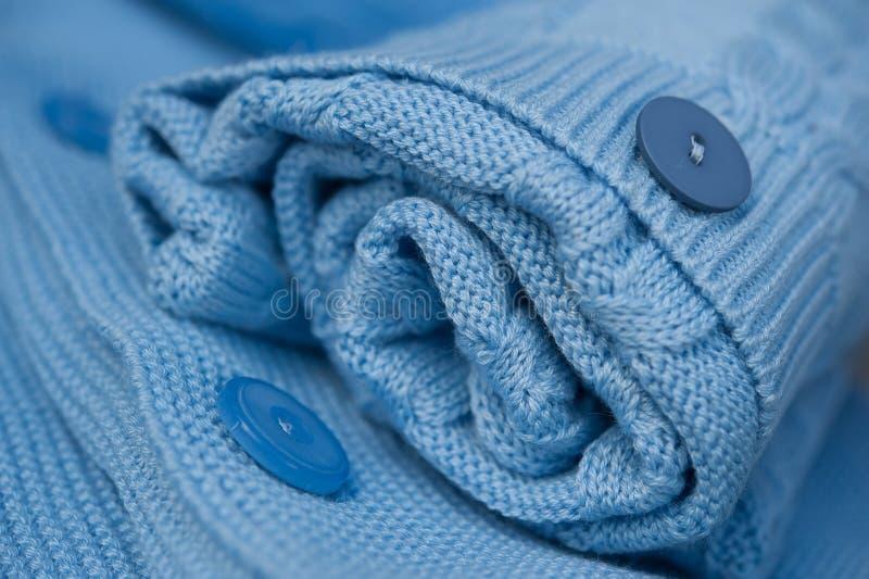 美丽的蓝色钩针编织的毯子 图库摄影