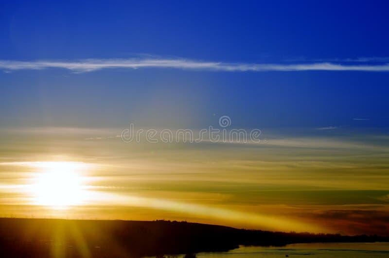 美丽的蓝色sunsetting的天空 免版税库存照片