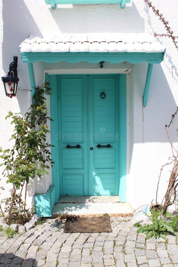 美丽的薄荷的门和白色墙壁从伊兹密尔,土耳其 库存照片