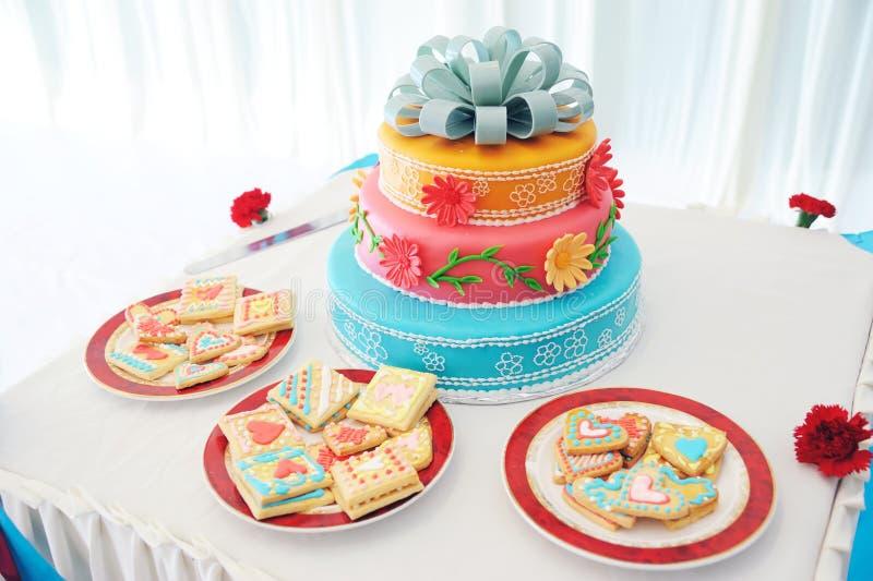 美丽的蛋糕多有排列的婚礼 免版税库存照片