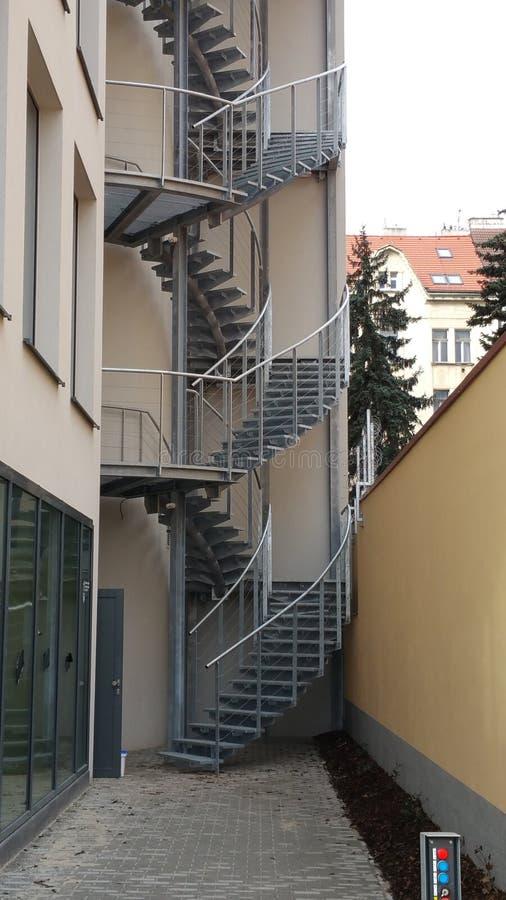 美丽的螺旋形楼梯在布拉格早晨 免版税库存照片