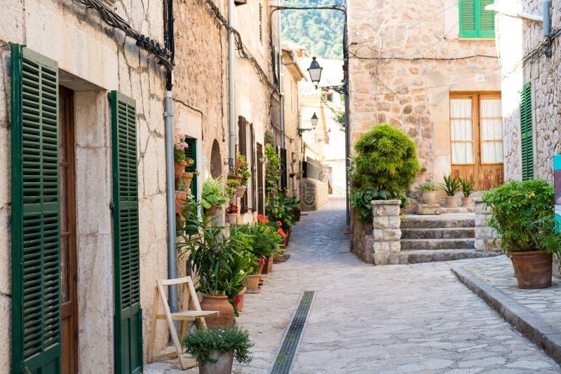 美丽的街道在Valldemossa 库存照片