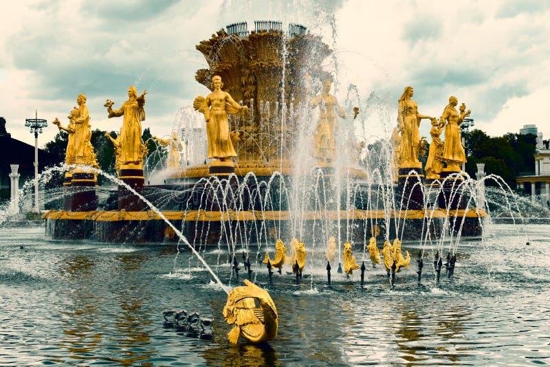 美丽的街道金喷泉在公园 免版税库存图片