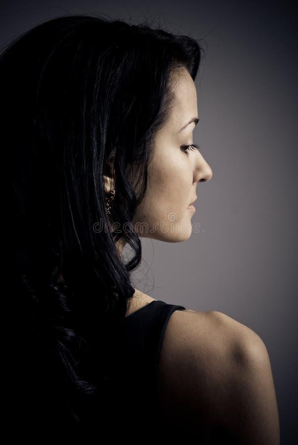 美丽的表面半纵向哀伤的妇女年轻人 免版税库存图片