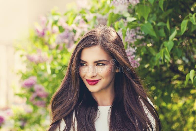 美丽的表面女性 室外纵向微笑的妇女 免版税图库摄影