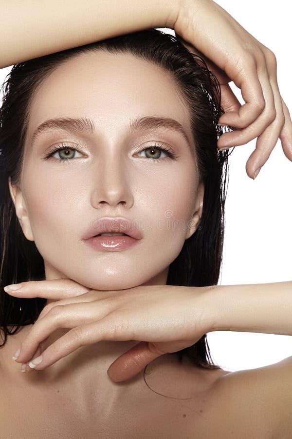 美丽的表面妇女年轻人 Skincare,健康,温泉 清洗软的皮肤,新神色 自然每日构成,湿头发 库存图片