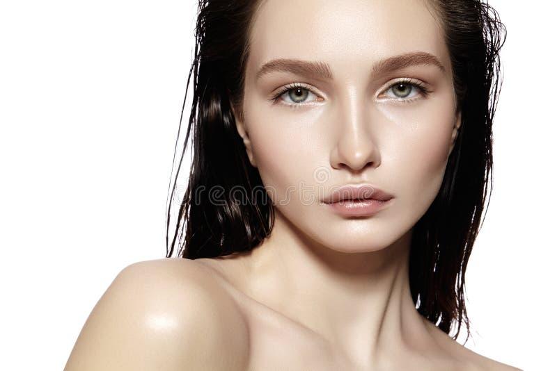 美丽的表面妇女年轻人 Skincare,健康,温泉 清洗软的皮肤,新神色 自然每日构成,湿头发 库存照片