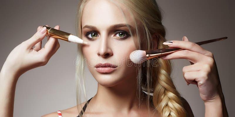 美丽的表面妇女 构成 应用化妆用品 免版税图库摄影