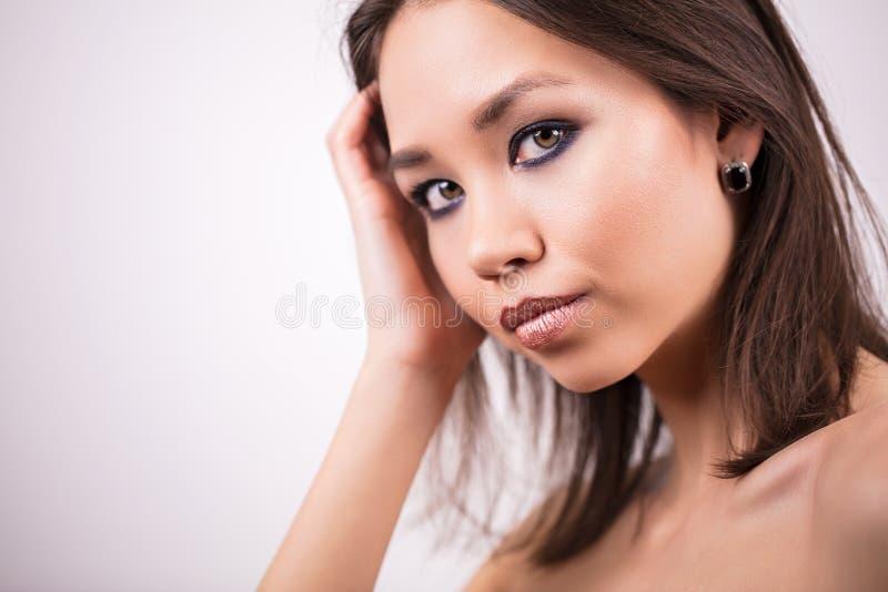 美丽的表面纵向妇女 秀丽,护肤概念 有专业构成的女孩在白色背景,拷贝空间 免版税图库摄影