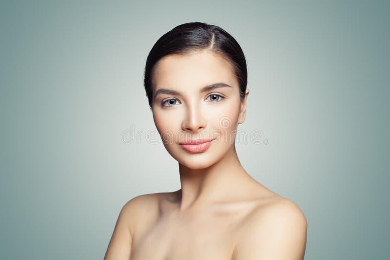 美丽的表面 有完善的清楚的皮肤的健康妇女 面部治疗、skincare和温泉概念 免版税库存照片