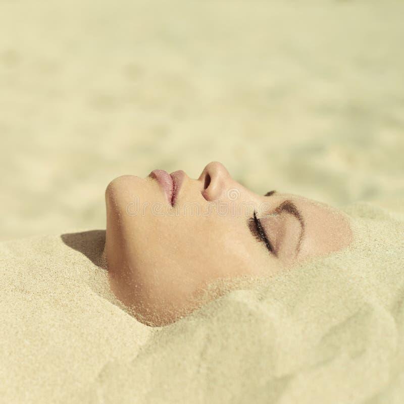 美丽的被埋没的夫人沙子 免版税库存照片