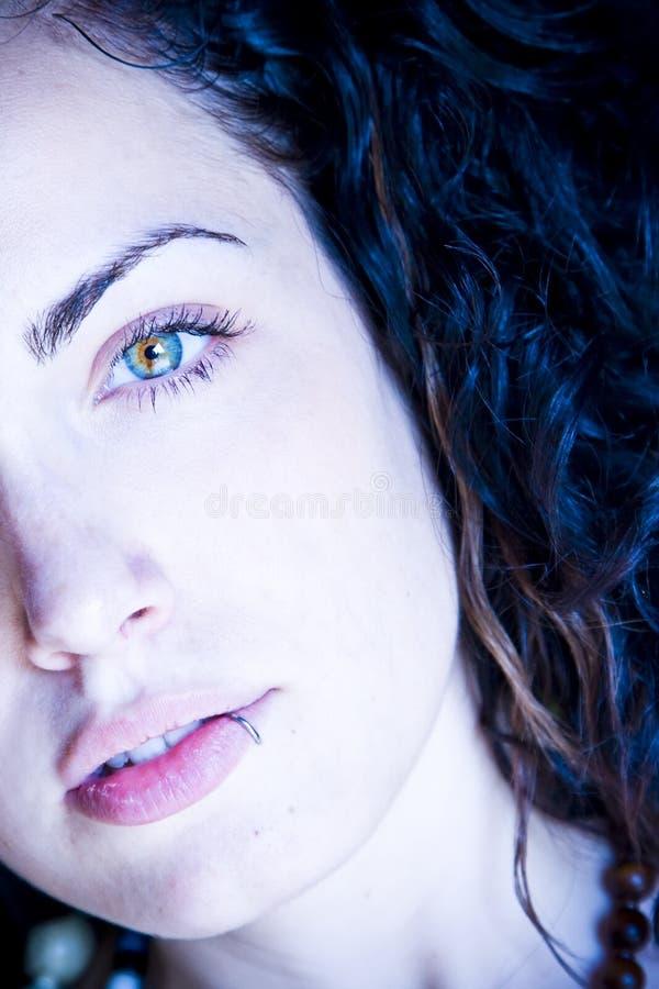美丽的被注视的绿色妇女年轻人 免版税库存图片