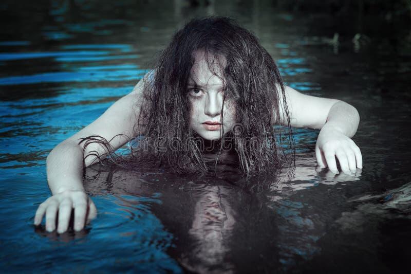 年轻美丽的被淹没的鬼魂妇女在水中 免版税库存图片