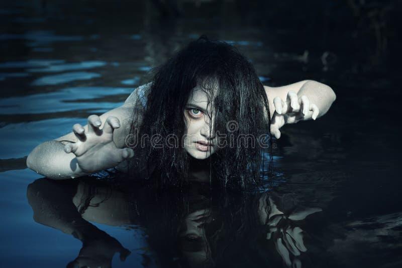 年轻美丽的被淹没的鬼魂妇女在水中 库存图片