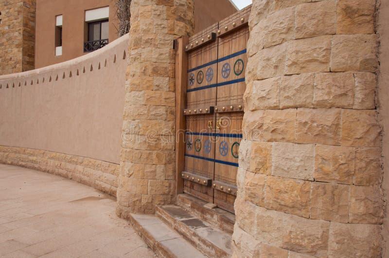 美丽的被雕刻的门在利雅得,沙特阿拉伯 库存照片