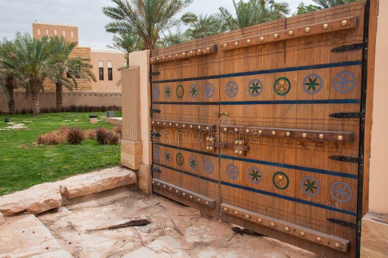美丽的被雕刻的门在利雅得,沙特阿拉伯 库存图片