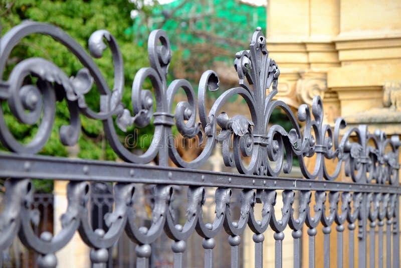 美丽的装饰有艺术性的锻件的塑象金属加工的篱芭 铁栏杆关闭 库存照片