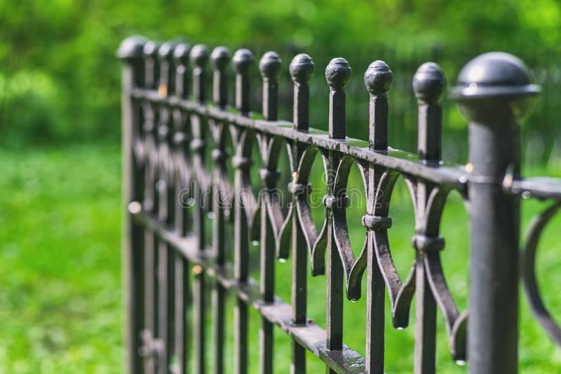 美丽的装饰生铁加工的篱芭的图象有艺术性的锻件的 库存图片