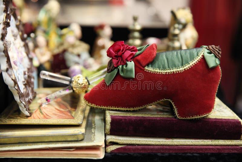 美丽的装饰红色鞋子由材料制成在旧货市场上 图库摄影