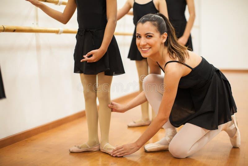 美丽的西班牙舞蹈老师在工作 免版税库存照片