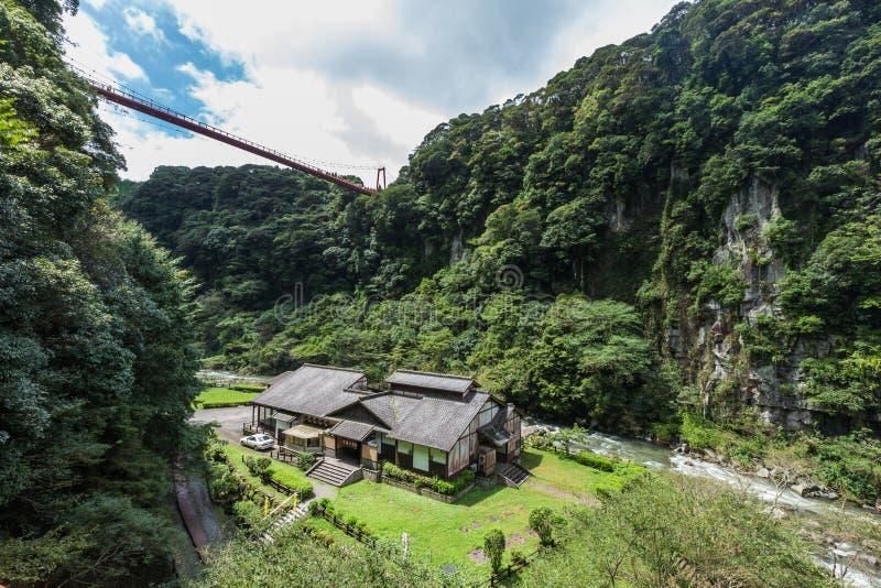 美丽的谷和日本房子龟川Otaki瀑布的停放,鹿儿岛 免版税库存照片