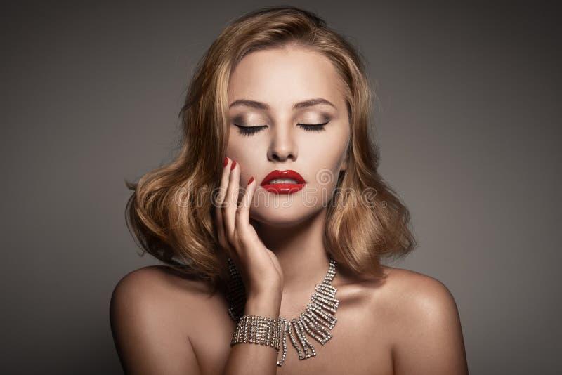 美丽的豪华妇女纵向有珠宝的 免版税库存照片