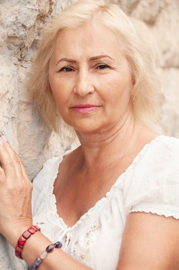 美丽的资深妇女画象有坚持w的白发的 图库摄影