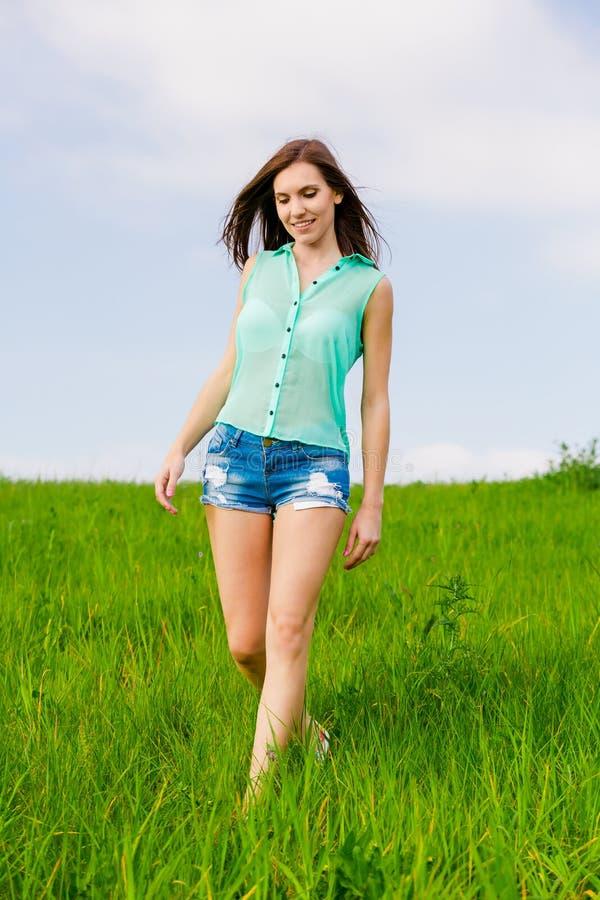 美丽的走的妇女年轻人 库存图片