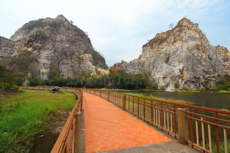 泰国山�^_download 美丽的走道有khao ngu石头公园, ratchaburi,泰国落矶山脉