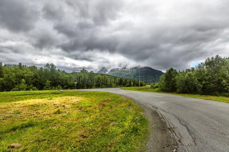 美丽的路审阅在特罗姆斯countr的挪威山 免版税图库摄影