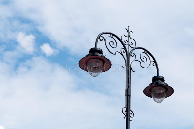 美丽的路灯柱和蓝天 免版税库存图片