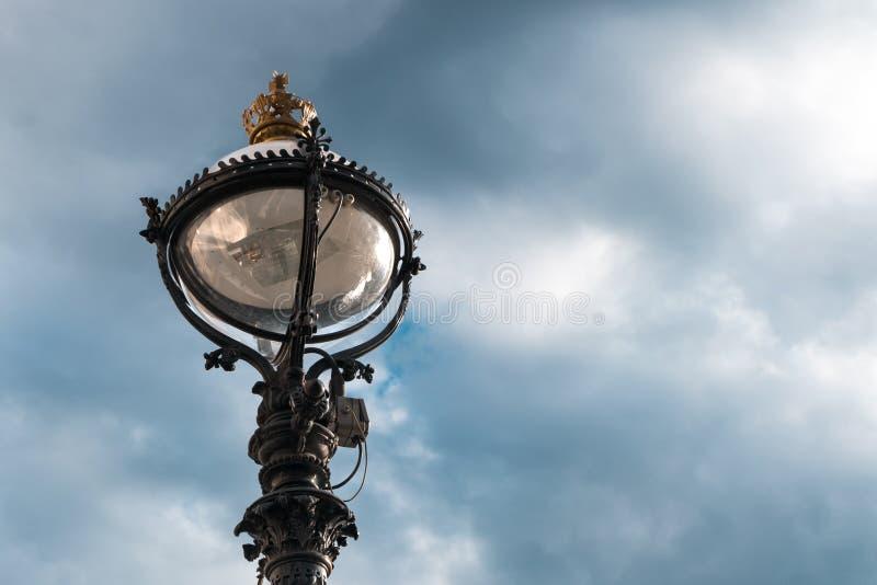美丽的路灯柱和蓝天 免版税图库摄影