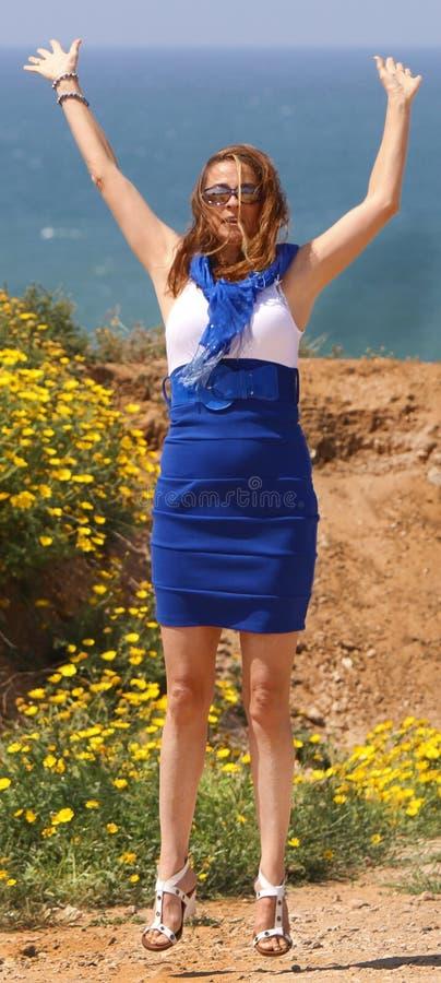 美丽的跳的妇女年轻人 免版税库存照片