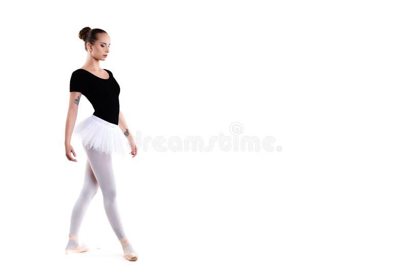 年轻美丽的跳芭蕾舞者被隔绝在白色背景 免版税库存照片