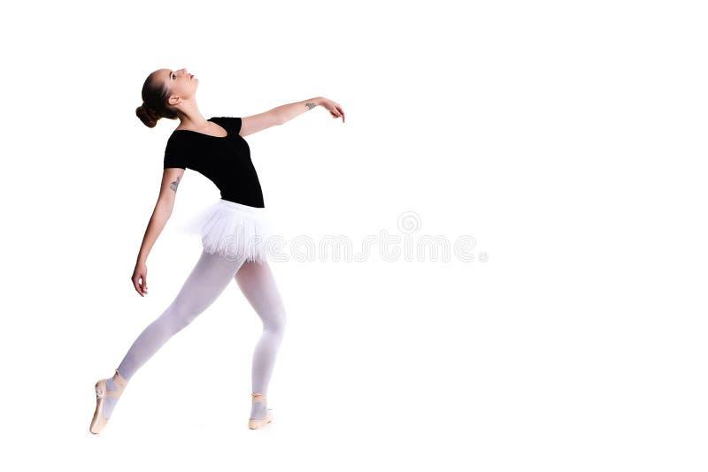 年轻美丽的跳芭蕾舞者被隔绝在白色背景 免版税库存图片