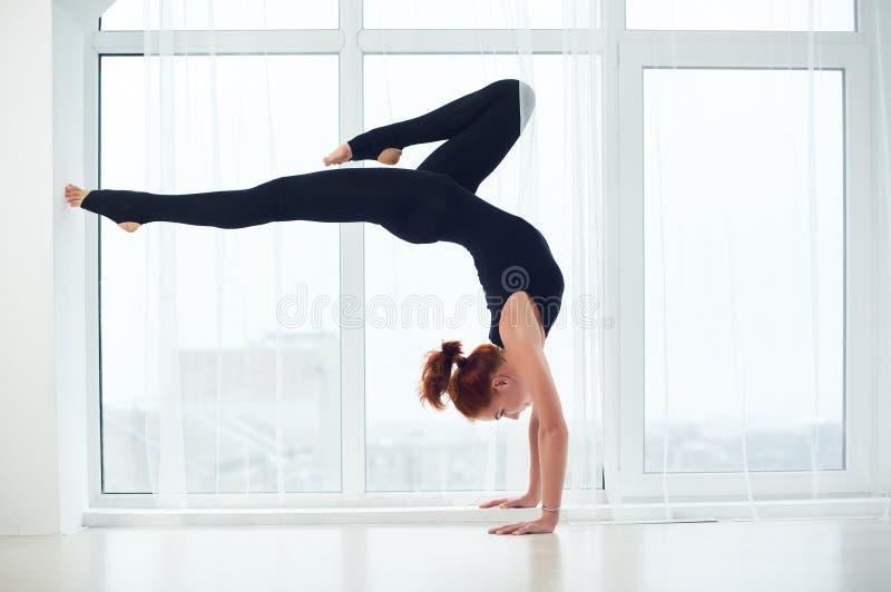 bhuja vrischikasana -蝎子在瑜伽的手倒立姿势 库存图片 - 图片 包括
