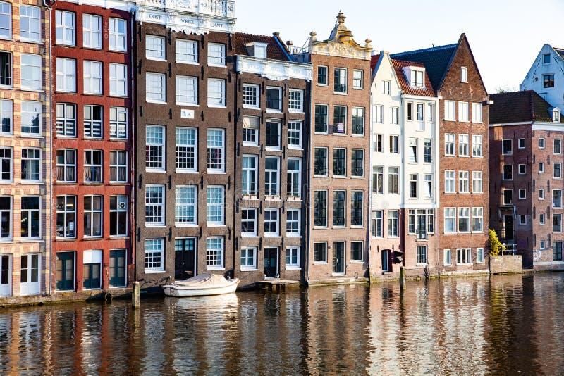 美丽的运河和传统荷兰大厦的明信片图片在阿姆斯特丹,荷兰 库存图片