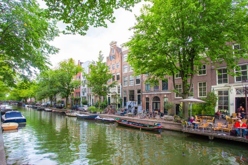 美丽的运河的看法在市有小船的阿姆斯特丹 库存图片