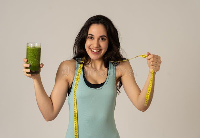 美丽的适合的健康体育拉丁妇女节食的饮用的健康新鲜蔬菜圆滑的人的感觉 免版税库存照片