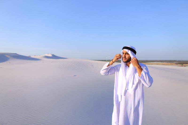 美丽的酋长管辖区回教族长在骆驼距离有蓬卡车看  免版税图库摄影