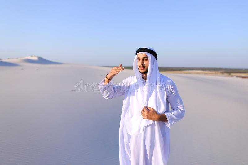 美丽的酋长管辖区回教族长在骆驼距离有蓬卡车看  库存图片