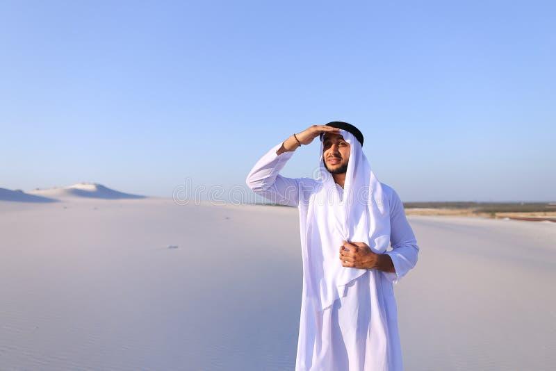 美丽的酋长管辖区回教族长在骆驼距离有蓬卡车看  免版税库存图片