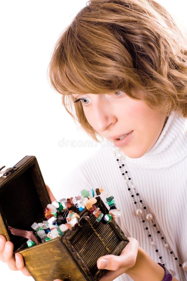 美丽的配件箱女孩珠宝看起来木 图库摄影