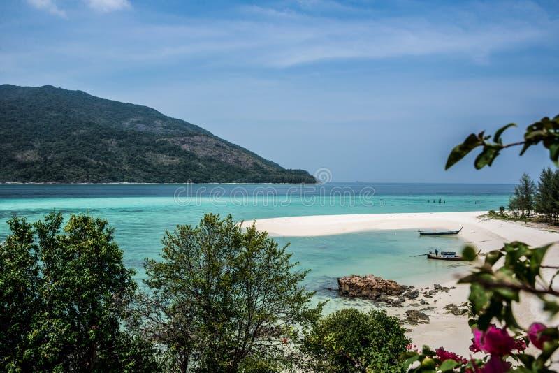 美丽的酸值Lipe热带海岛风景。绿松石海。泰国。异乎寻常的冒险。 免版税库存照片