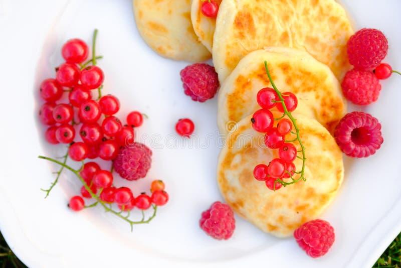 美丽的酸奶干酪薄煎饼用莓和红浆果 图库摄影