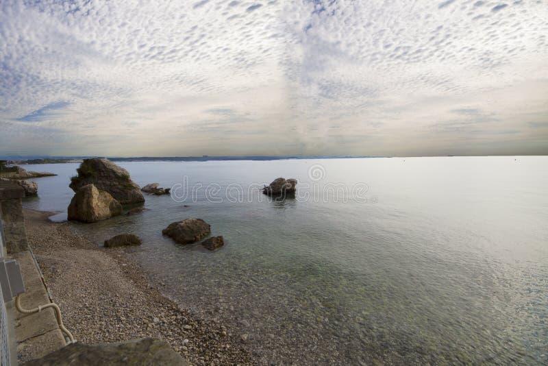 美丽的里雅斯特的看法有它的烽火台和海湾的在日落,意大利 免版税库存图片