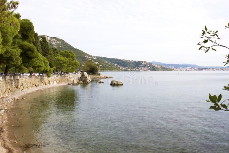 美丽的里雅斯特的看法有它的烽火台和海湾的在日落,意大利 免版税库存照片